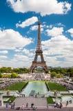 Eiffeltorn och springbrunnarna av Trocadero i Paris Frankrike Royaltyfri Foto
