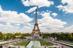 Eiffeltorn och springbrunnarna av Trocadero i Paris Frankrike Royaltyfria Bilder