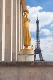 Eiffeltorn och statyer av den Trocadero trädgården, Frankrike, Arkivfoton