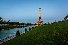 Eiffeltorn och Trocadero Fontains i aftonen, Paris, franc Arkivfoto