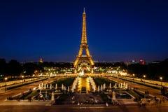 Eiffeltorn och Trocadero Fontains i aftonen, Paris, franc Arkivfoton