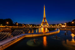 Eiffeltorn och Trocadero Fontains i aftonen, Paris, franc Arkivbilder