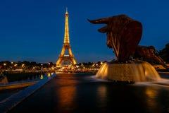 Eiffeltorn och Trocadero springbrunnar i aftonen, Paris, Fran Royaltyfri Fotografi