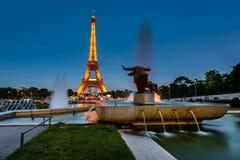 Eiffeltorn och Trocadero springbrunnar i aftonen, Paris, Fran Royaltyfri Foto