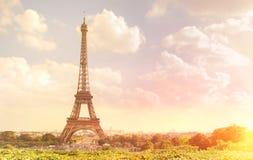 Eiffeltorn på aftonen Arkivfoton
