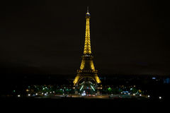 Eiffeltorn på natten, i Paris Royaltyfria Bilder
