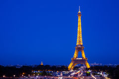 Eiffeltorn på natten i Paris fotografering för bildbyråer