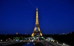 Eiffeltorn på natten ( la turnerar Eiffel) , Paris, Frankrike Arkivbilder