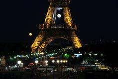 Eiffeltorn på natten ( la turnerar Eiffel) , Paris, Frankrike Royaltyfri Foto