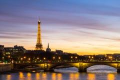 Eiffeltorn på natten med floden Seine Arkivfoto