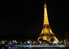 Eiffeltorn på natten med reflexionen av Seinen Royaltyfria Bilder