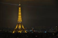 Eiffeltorn på natten som beskådas från Arc de Triomphe, Paris, Fr Fotografering för Bildbyråer