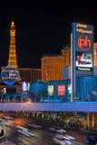 Eiffeltorn på remsan i natten Las Vegas Arkivbild