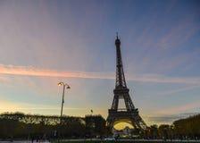 Eiffeltorn på skymning royaltyfria bilder