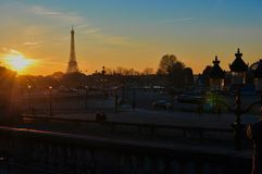 Eiffeltorn på solnedgången i vinter arkivbilder