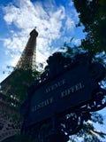 Eiffeltorn Paris och aveny Gustave Eiffel för gatatecken Royaltyfria Foton