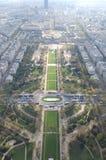 Eiffeltorn parkerar uppifrån Arkivbilder