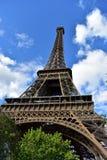 Eiffeltorn perspektiv underifrån france paris bluen clouds skytrees arkivbilder