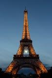 Eiffeltorn Roland Garros tennisboll, med ljus som blinkar i Paris, Frankrike arkivbild
