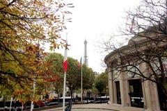 Eiffeltorn sedd igenom fransk flagga, Paris Frankrike royaltyfri bild