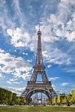 Eiffeltorn sikt från Champs de Mars Arkivfoto