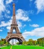 Eiffeltorn - sikt från mästarna de Mars.Paris, Frankrike Arkivfoto
