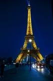 Eiffeltorn som är upplyst i mars 17, 2012 i Paris, Frankrike Fotografering för Bildbyråer