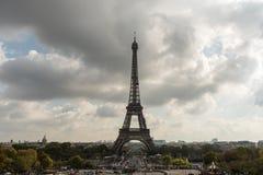 Eiffeltorn som beskådas från Trocadero i Oktober Royaltyfri Fotografi