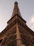 Eiffeltorn som isoleras över blå himmel på solnedgången royaltyfria foton