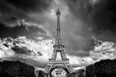 Eiffeltorn som ses från Champ de Mars, parkerar i Paris, Frankrike svart white Royaltyfri Foto