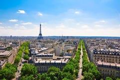 Eiffeltorn som sett från Arcet de Triomphe. Arkivfoto