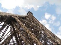 Eiffeltorn som underifrån ses, Paris, Frankrike arkivbilder