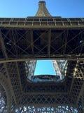 Eiffeltorn som underifrån ses, tornet som skjuta i höjden in i en blå himmel royaltyfria foton