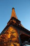 Eiffeltorn tänder upp från sida i Paris, Frankrike royaltyfri foto