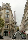 Eiffeltorn till och med gatorna, Paris Frankrike royaltyfria bilder