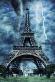 Eiffeltorn under den tunga stormen, regnet och belysningen i Paris royaltyfria bilder