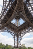 Eiffeltorn underifrån Arkivbild