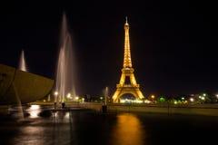 Eiffeltorn vid natten, sikt från Trocadero, Paris, Frankrike royaltyfria foton
