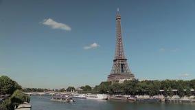 Eiffeltorn vid Seinen med ett fartyg arkivfilmer