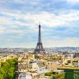 Eiffeltorngränsmärke, sikt från Arc de Triomphe. Paris Frankrike. Arkivbild