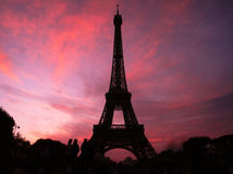 Eiffeltornkontur mot en rosa himmel i Paris Royaltyfri Bild