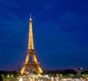 EiffeltornParis natt Arkivfoto
