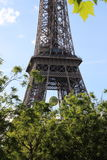 Eiffeltornsikt från Champ de Mars, Frankrike med den Roland Garros tennisbollen arkivbilder