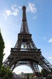 Eiffeltornsikt från Champ de Mars, Frankrike med den Roland Garros tennisbollen royaltyfri foto