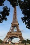 Eiffeltornsikt från Seine River i Paris, Frankrike med den Roland Garros tennisbollen royaltyfri bild