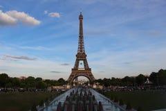 Eiffeltornsikt från Trocadero i Paris, Frankrike med den Roland Garros tennisbollen royaltyfria bilder