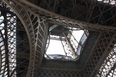 Eiffeltornsikt underifrån france paris royaltyfria foton