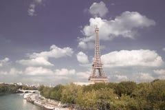 Eiffeltornsolnedgång med moln Arkivfoto