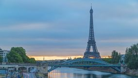 Eiffeltornsoluppgångtimelapse med fartyg på Seine River och i Paris, Frankrike lager videofilmer