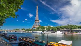 Eiffeltorntimelapsehyperlapsen från invallning på floden Seine i Paris